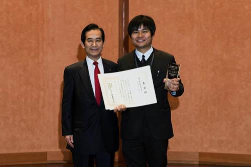 糸島市シティセールス課の岡さんと山本地方創生担当大臣