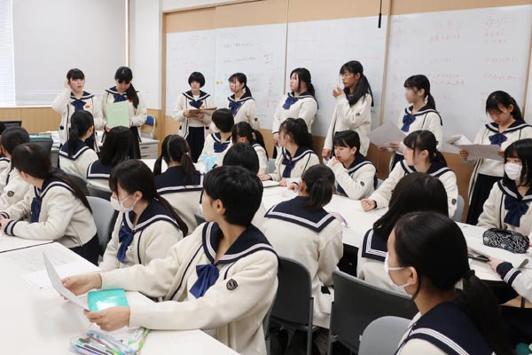 博多女子高校商品開発引き継ぎ式3年生の発表