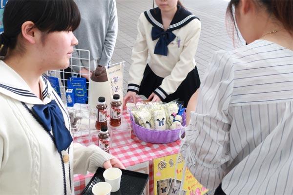博多女子高校商品開発生徒による販売実習